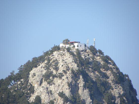Монастырь величественно возвышается нв самой вершине горы