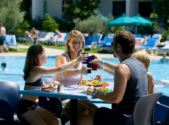 В аквапарке есть немало местечек, где можно вкусно перекусить и выпить освежающие коктейли