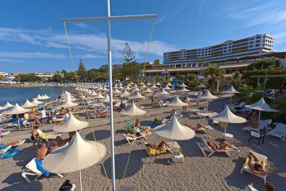 Частный песчаный пляж при отельном комплексе