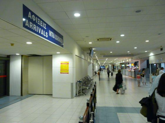 Взгляните на табло прибытия в аэропорту Родоса