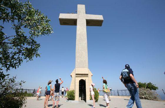 Дорога до впечатляющего креста повторяет путь Христа на Голгофу