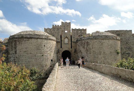 Для любителей античных сооружений в городе Родос настоящее раздолье