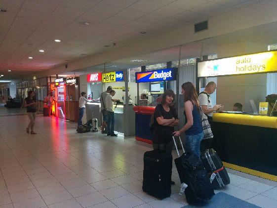 В аэропорту Вы найдете стойки фирм, где можно арендовать автомобиль