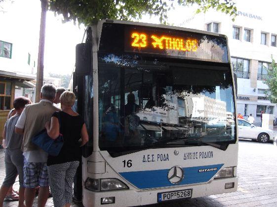 На Родосе довольно хорошо развито автобусное сообщение, поэтому при желании можно путешествовать по острову и на автобусах