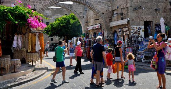 Экскурсия стоит около 30 Евро, а приобрести ее можно на городской набережной в городе Родос