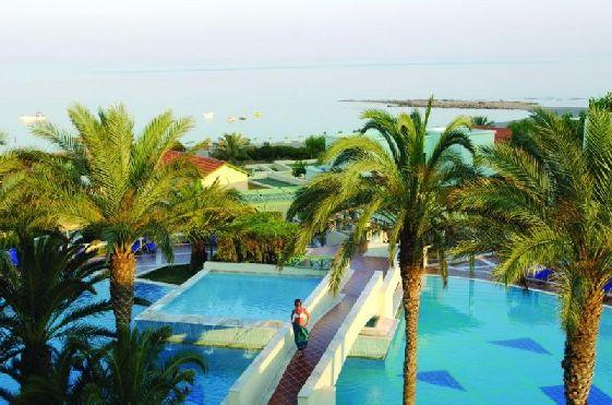 Бассейны отеля окружены роскошными пальмами, что создаёт атмосферу тропиков
