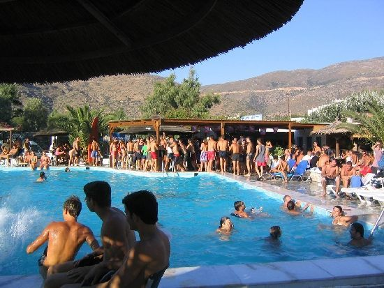 Иос считается самым «тусовочным» островом Киклад, на который приезжают молодые люди со всего мира