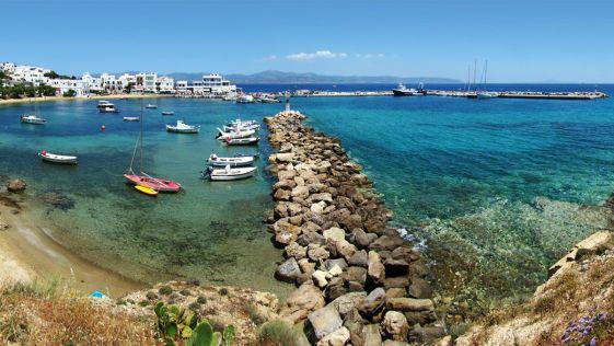 Остров Парос - это третий по величине остров греческих Киклад, который в последнее время превратился в современный туристический курорт