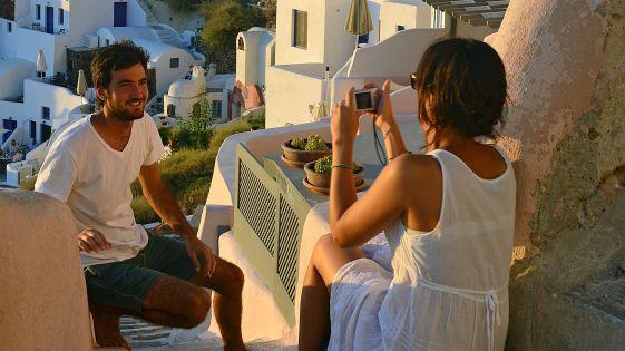 Особо на Санторини выделяется курорт Ие,  где построены небольшие уютные отели на одну семью, а также домики для молодоженов, настраивающие отдыхающих на романтический лад